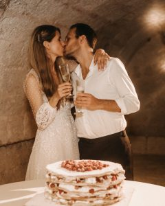 Josephine & Tobias kissing infront of wedding cake